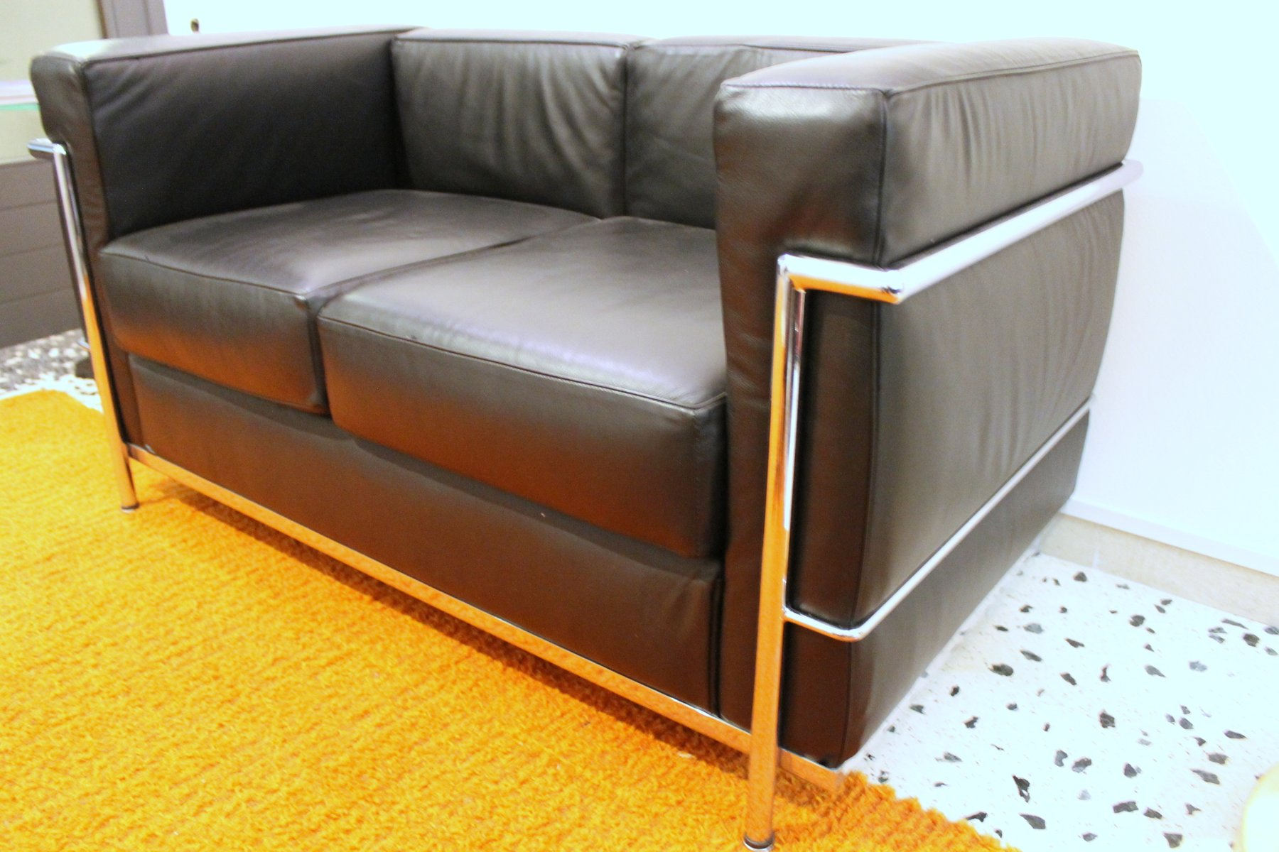 lc2 sofa von le corbusier f r alivar 1989 bei pamono kaufen. Black Bedroom Furniture Sets. Home Design Ideas