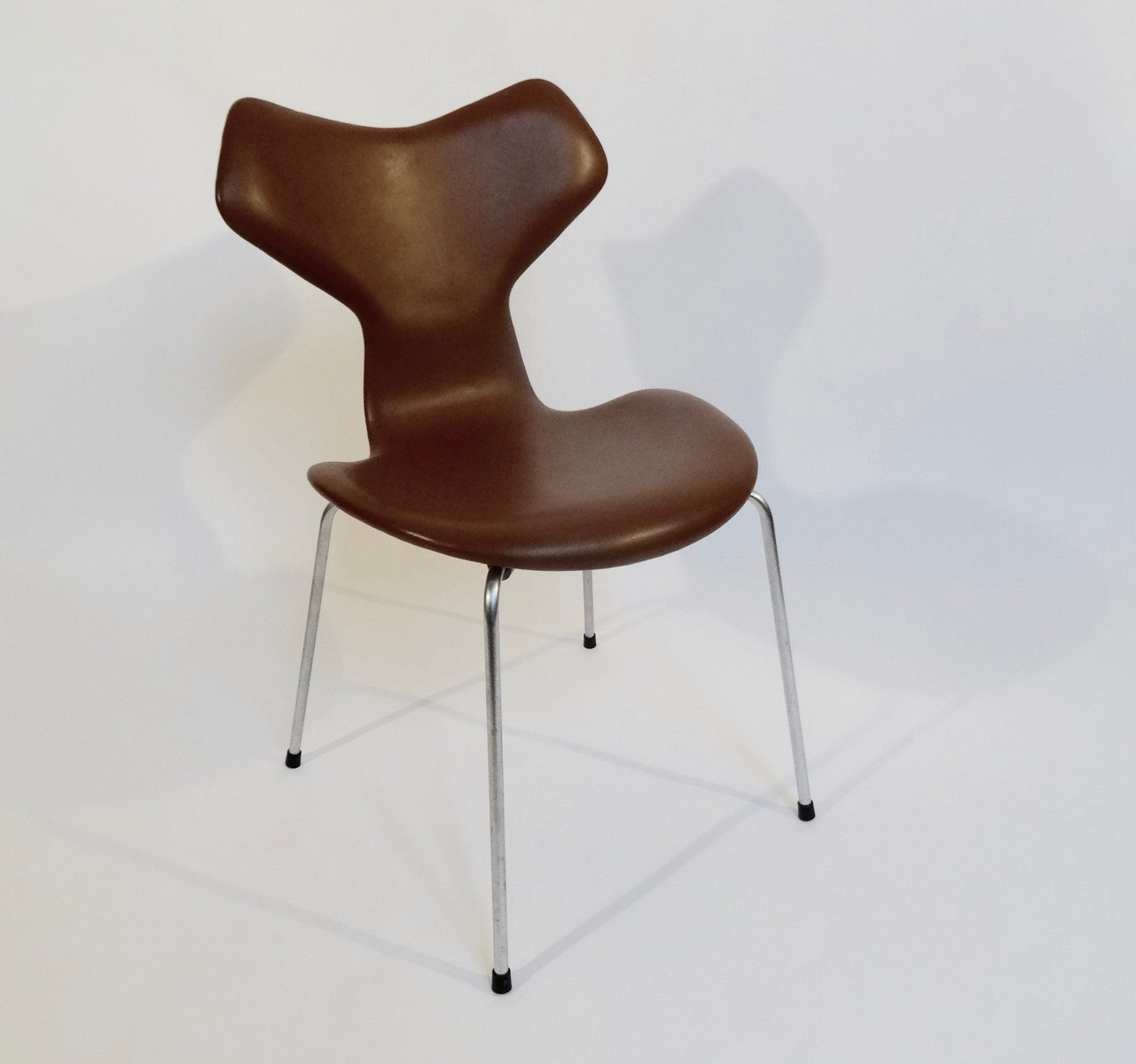Grand prix chair by arne jacobsen for fritz hansen 1964 for Chaise cuir roche bobois prix