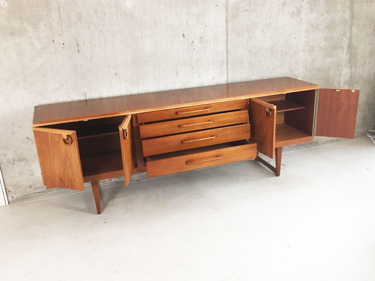 langes sideboard mit ringf rmigen handgriffen von. Black Bedroom Furniture Sets. Home Design Ideas