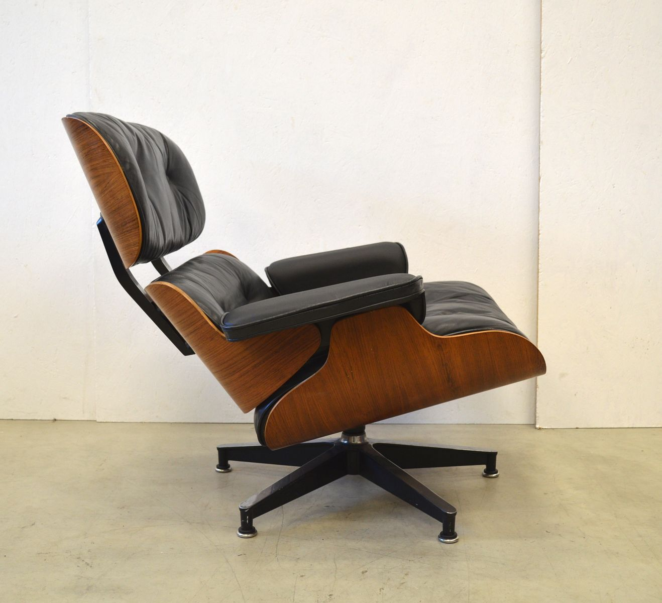 palisander lounge stuhl mit fu hocker von charles ray eames f r herman miller 1970er bei. Black Bedroom Furniture Sets. Home Design Ideas