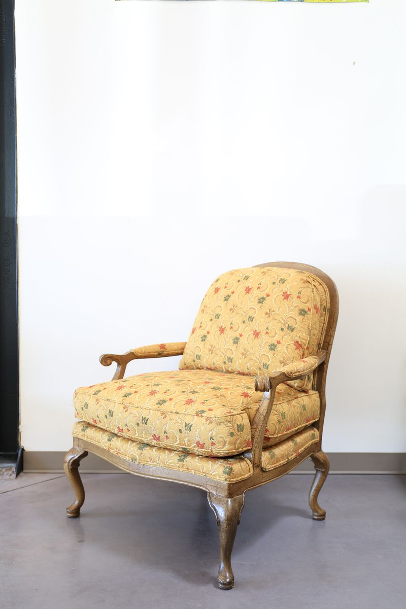 Vintage queen anne style oversized armchair for sale at pamono for Oversized armchair