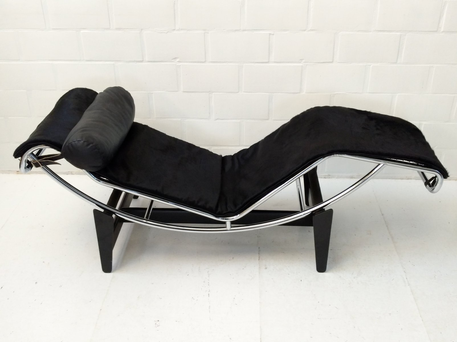 early lc4 chaise longue by le corbusier perriand jeanneret for cassina 1960s for sale at pamono. Black Bedroom Furniture Sets. Home Design Ideas
