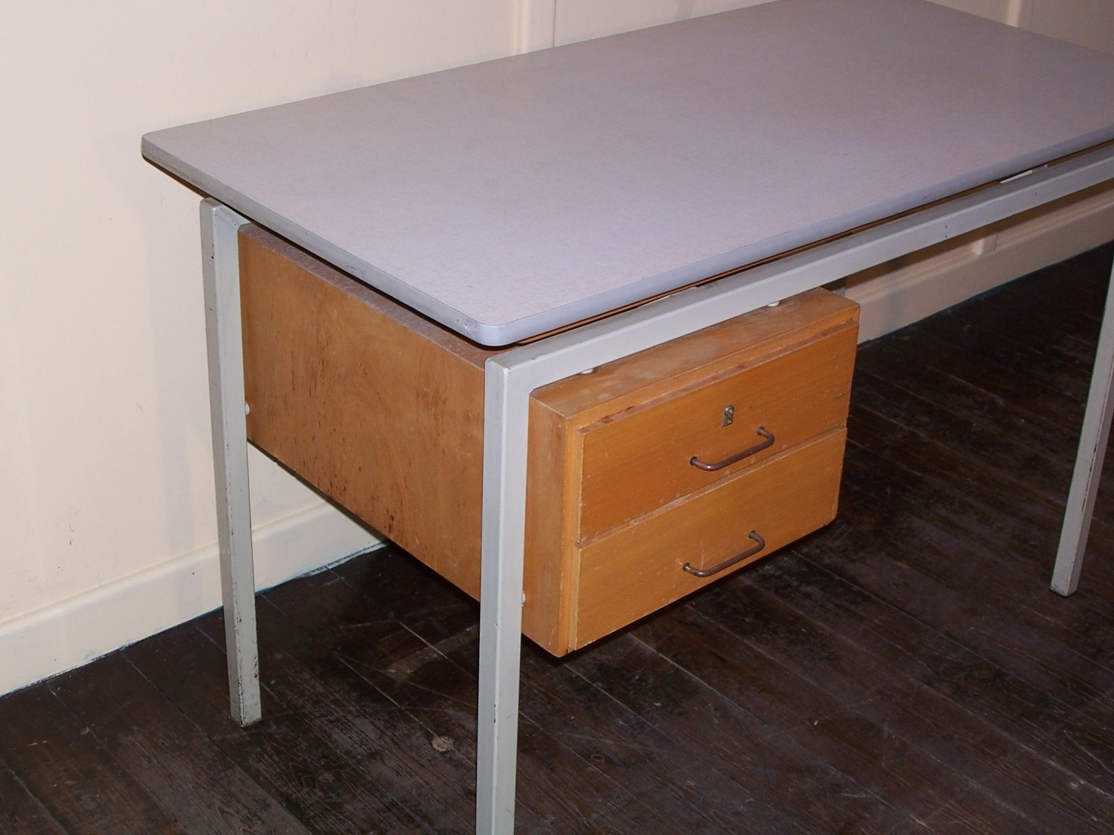 vintage schreibtisch mit formica tischplatte und. Black Bedroom Furniture Sets. Home Design Ideas
