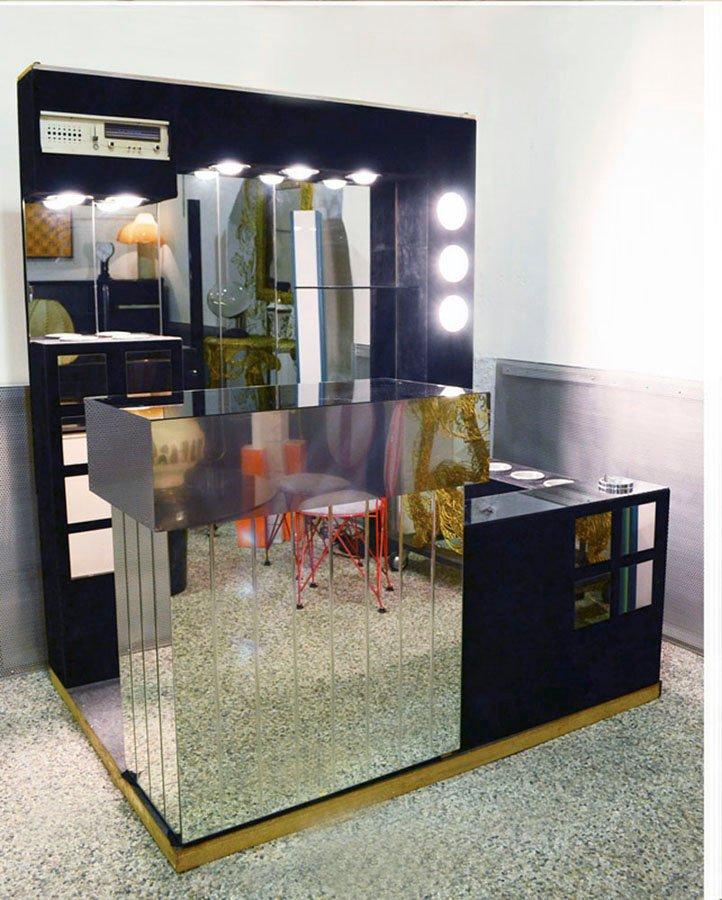 italienische bar mit radio k hlschrank zwei hockern. Black Bedroom Furniture Sets. Home Design Ideas