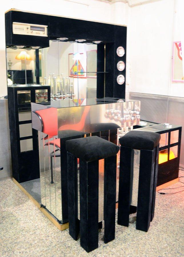 Italienische bar mit radio kuhlschrank zwei hockern for Kühlschrank abschlie bar