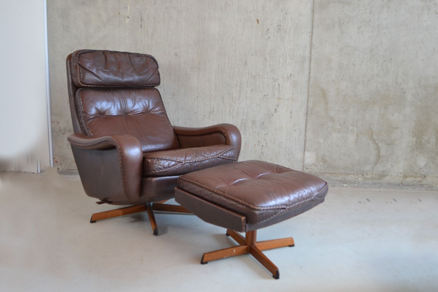 fauteuil mid century et repose pied en cuir danemark. Black Bedroom Furniture Sets. Home Design Ideas