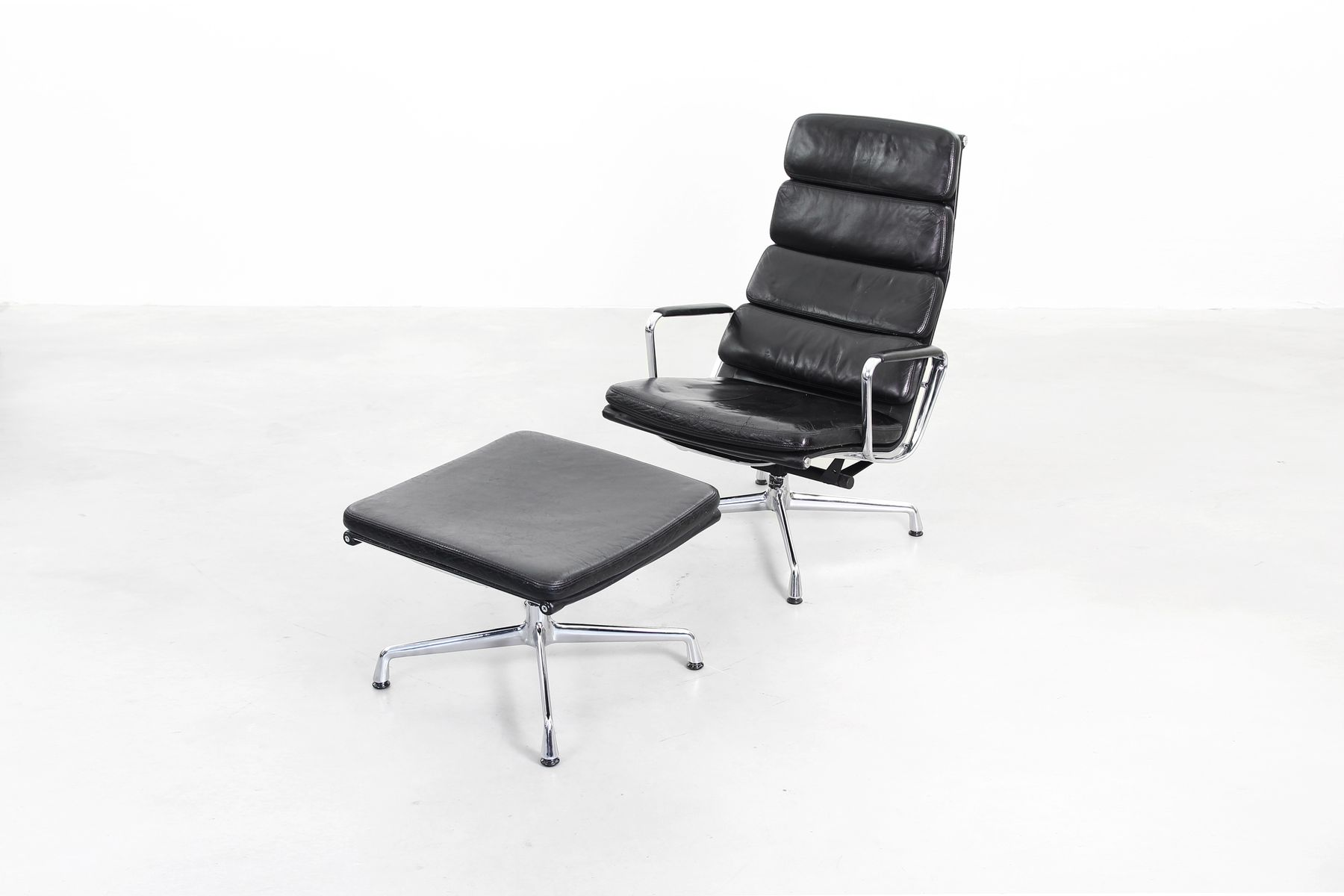 ea 222 lounge chair with ottoman by charles ray eames. Black Bedroom Furniture Sets. Home Design Ideas