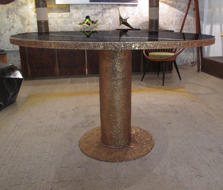 Tavolo rotondo scultoreo vintage in ottone e vetro nero in for Tavolo rotondo nero