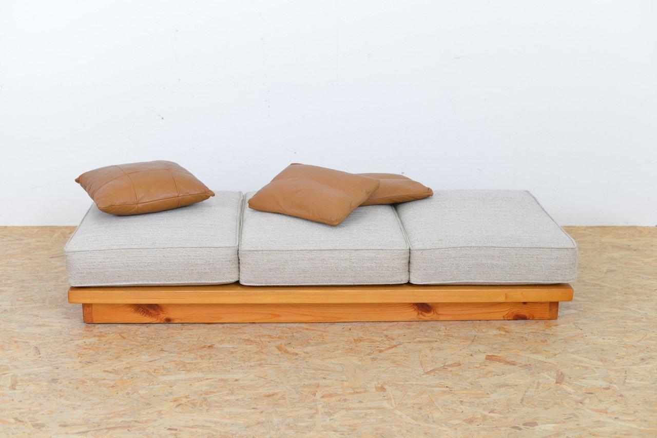 divan vintage en bois avec coussin en vente sur pamono. Black Bedroom Furniture Sets. Home Design Ideas
