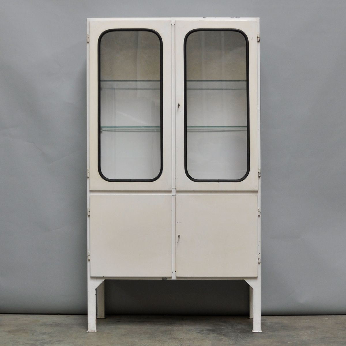 meuble de rangement m dical vintage en verre et fer. Black Bedroom Furniture Sets. Home Design Ideas