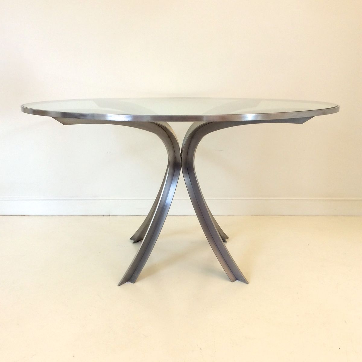 Tavolo rotondo Mid-Century in acciaio e vetro di Xavier Féal ...