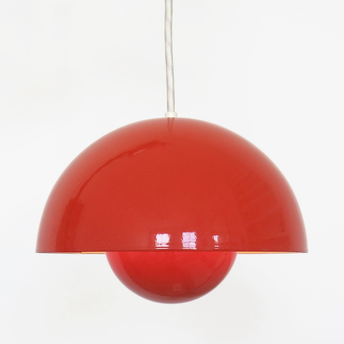 Suspension luminaire rouge en forme de pot de fleur par for Suspension luminaire rouge