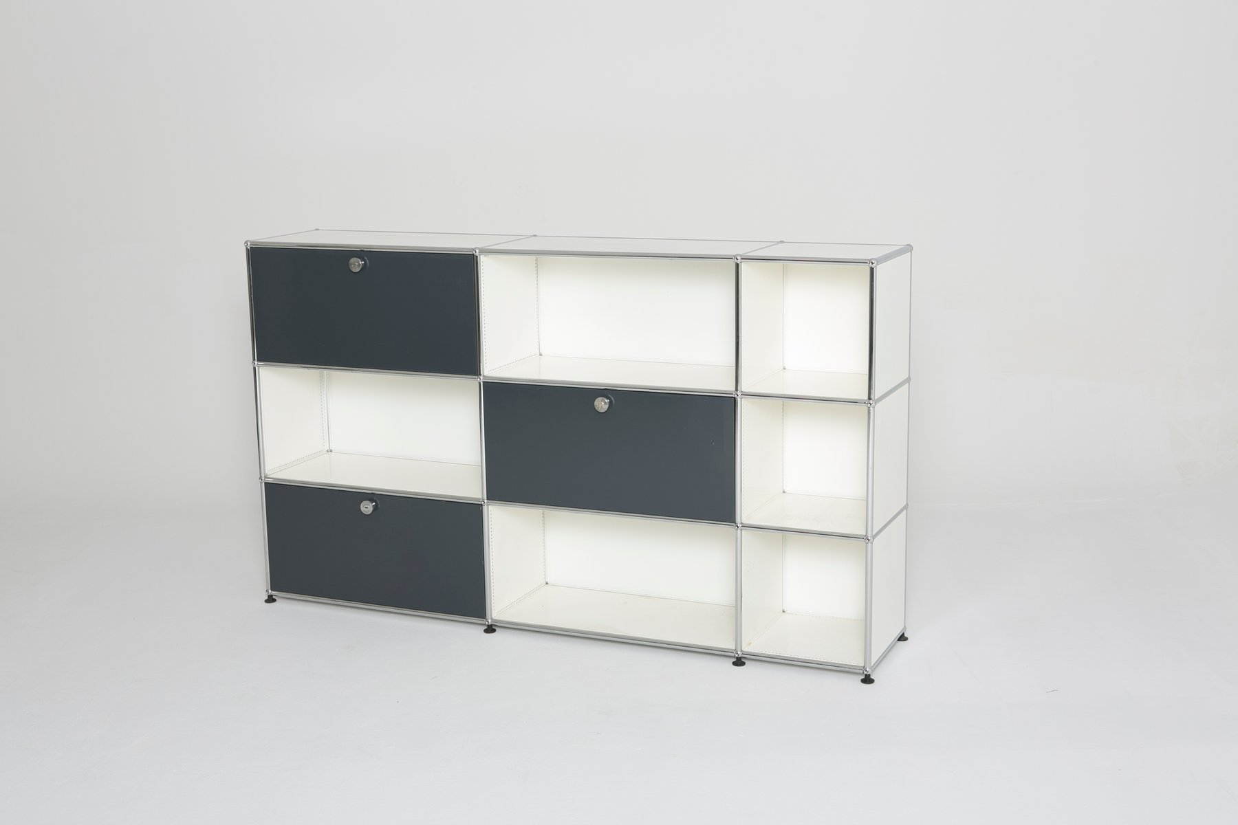 vintage schrank in wei und grau von usm haller bei pamono kaufen. Black Bedroom Furniture Sets. Home Design Ideas