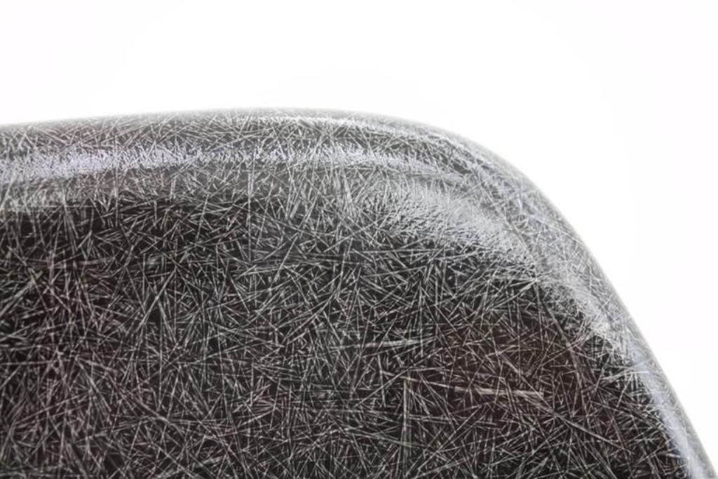 chaises d'appoint noire en fibre de verre avec base basse en h par ... - Chaise Eames Fibre De Verre