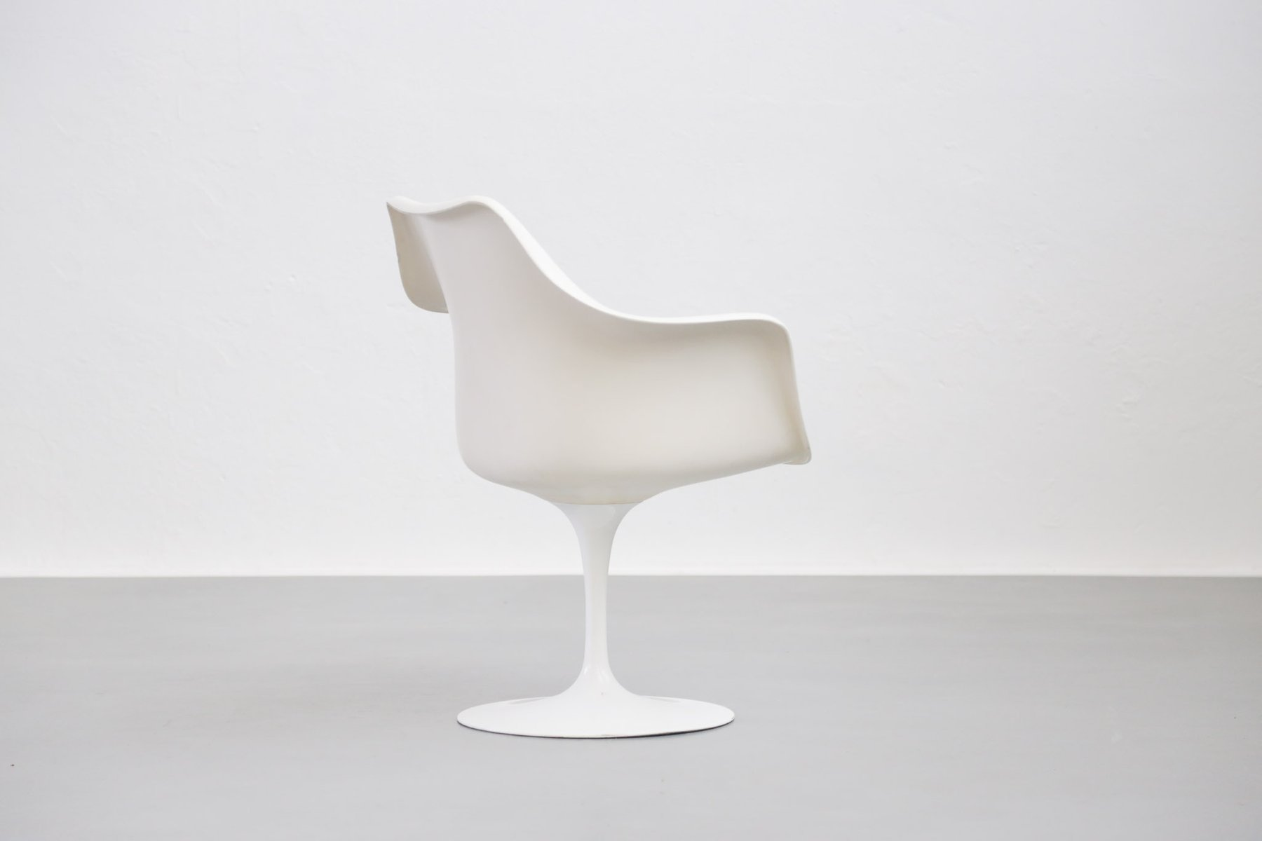 Mid century international tulip arm chair by eero saarinen for Eero saarinen tulip armchair
