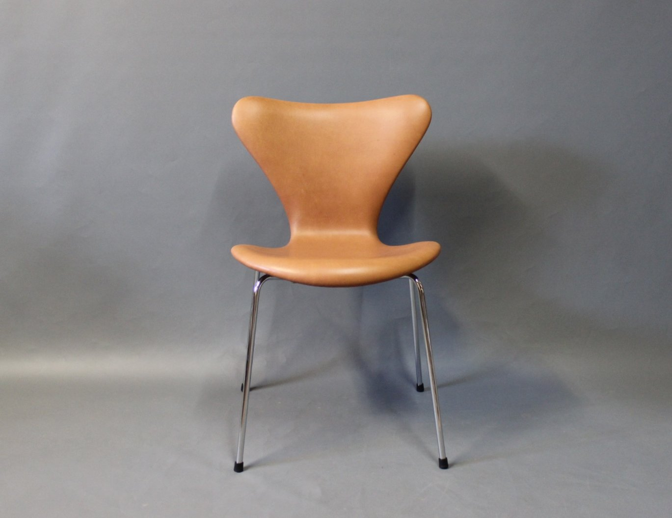 Cognac leather model seven chairs by arne jacobsen for for Chaise arne jacobsen