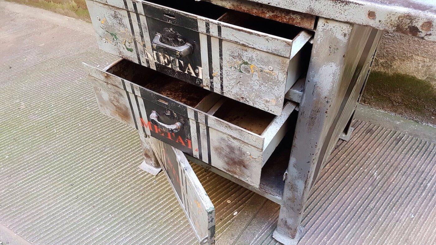 banc de travail industriel avec trois compartiments en vente sur pamono. Black Bedroom Furniture Sets. Home Design Ideas