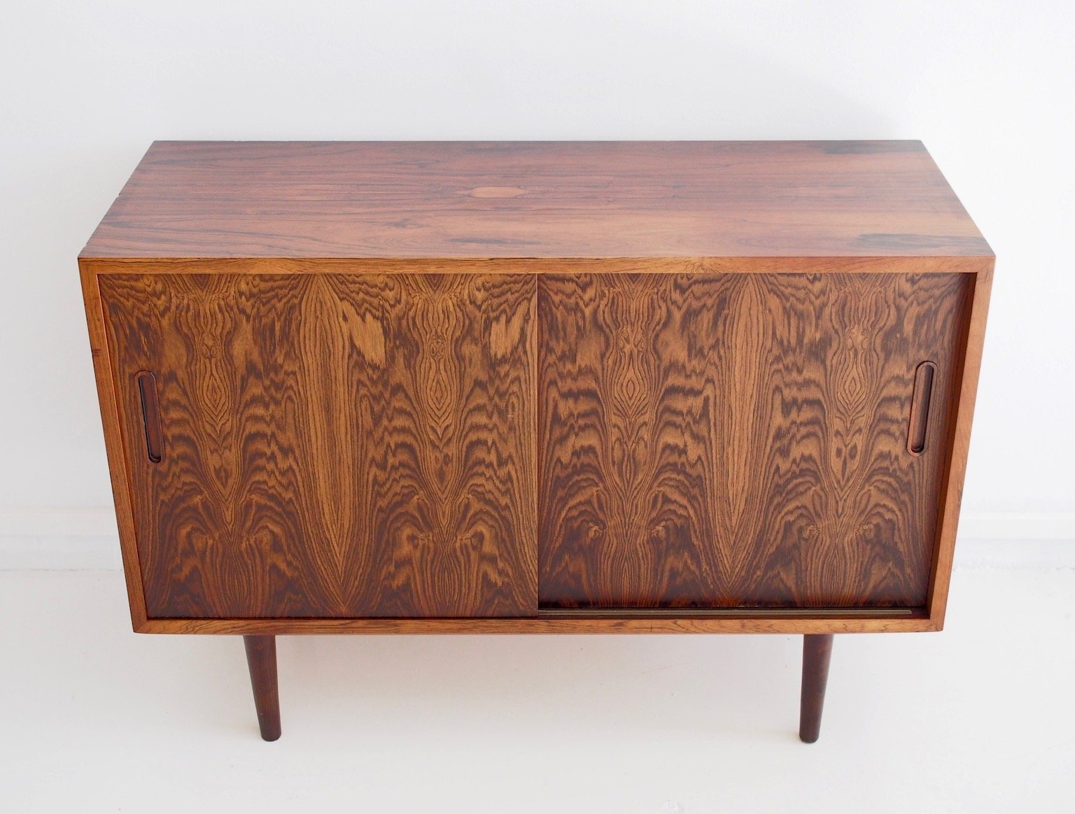 d nisches sideboard mit schiebet ren und schubladen von aage hundevad 1960er bei pamono kaufen. Black Bedroom Furniture Sets. Home Design Ideas