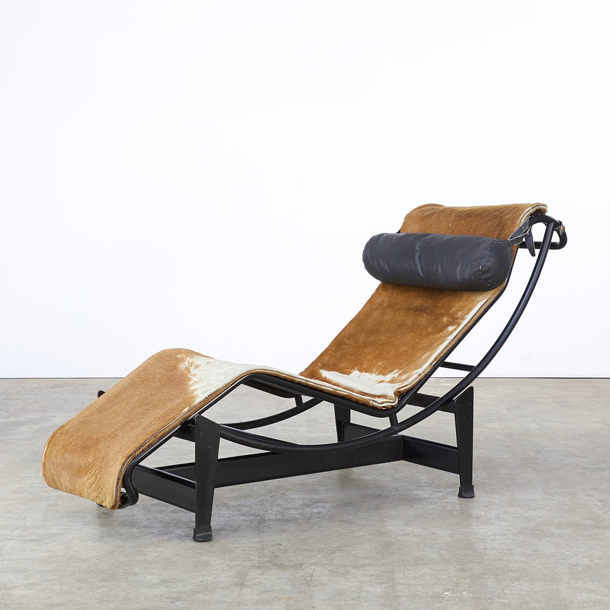 chaise vintage lc4 7275 en peau de poney par le corbusier. Black Bedroom Furniture Sets. Home Design Ideas