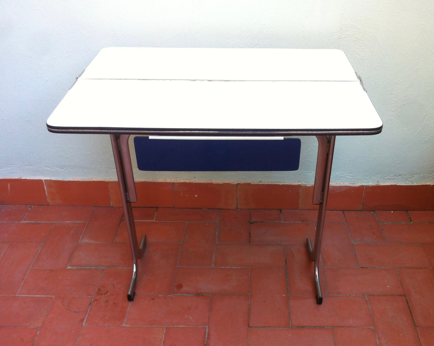 Latest table de cuisine pliable avec tiroir en formica for Table de cuisine pliable