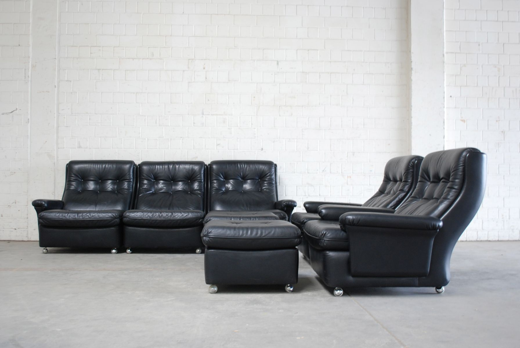 wohnzimmer garnitur ledersofa 2 sessel 2 ottomanen von profilia 1970er 5er set bei pamono. Black Bedroom Furniture Sets. Home Design Ideas