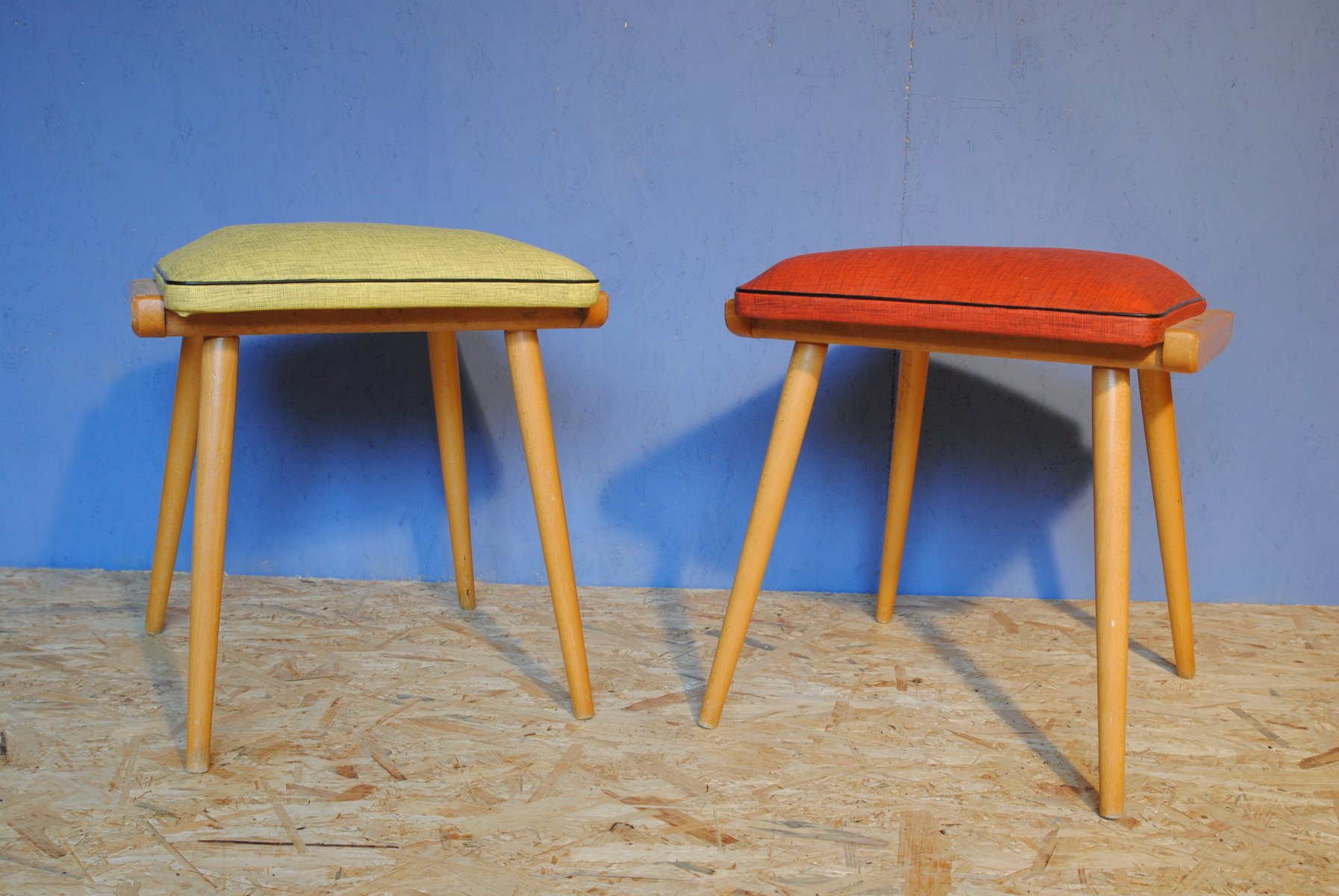 mid century hocker aus holz vinyl 1950er 2er set bei pamono kaufen. Black Bedroom Furniture Sets. Home Design Ideas