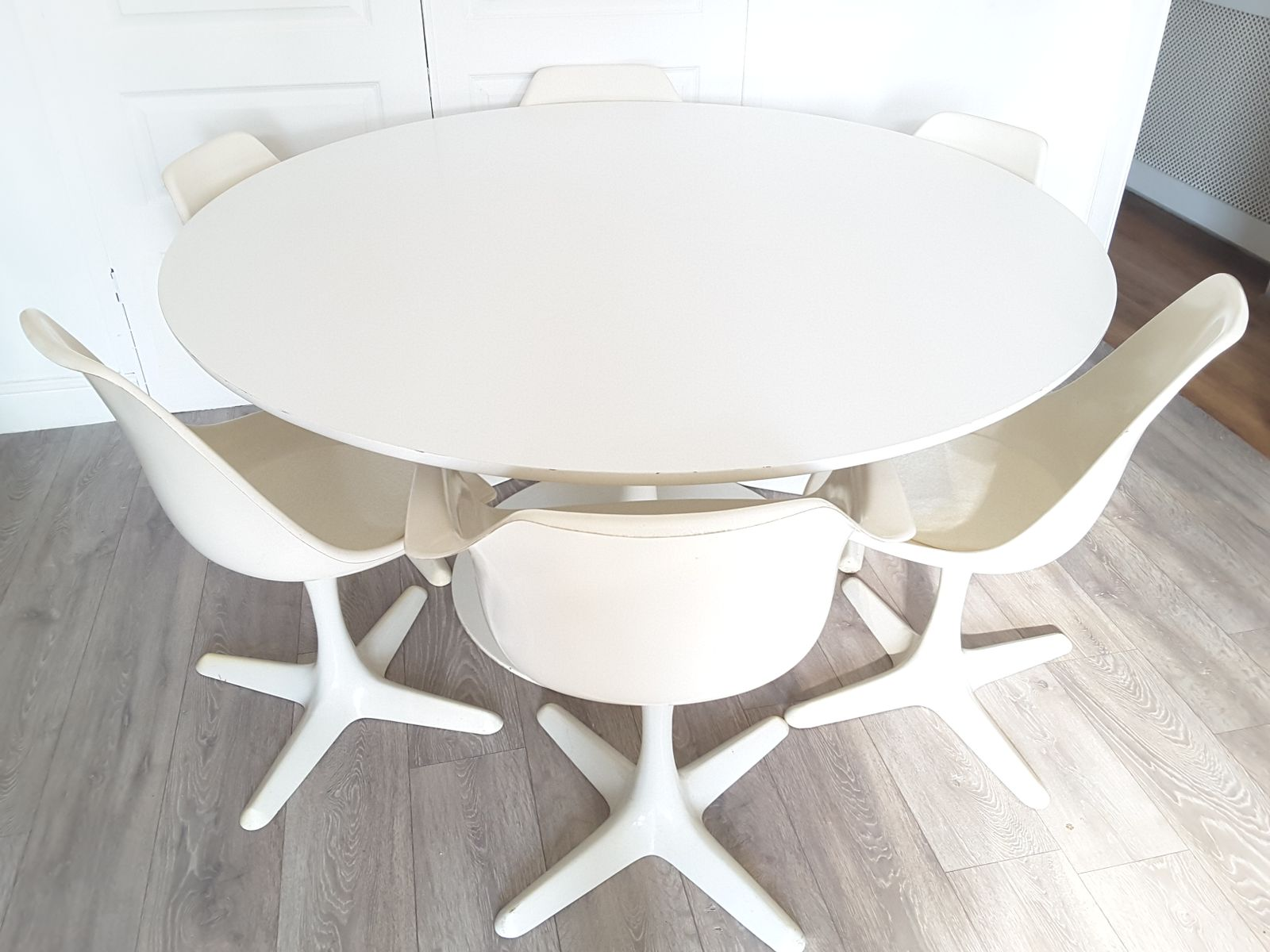 Grande table de salle manger ronde tulip et six chaises for Grande table ronde salle a manger