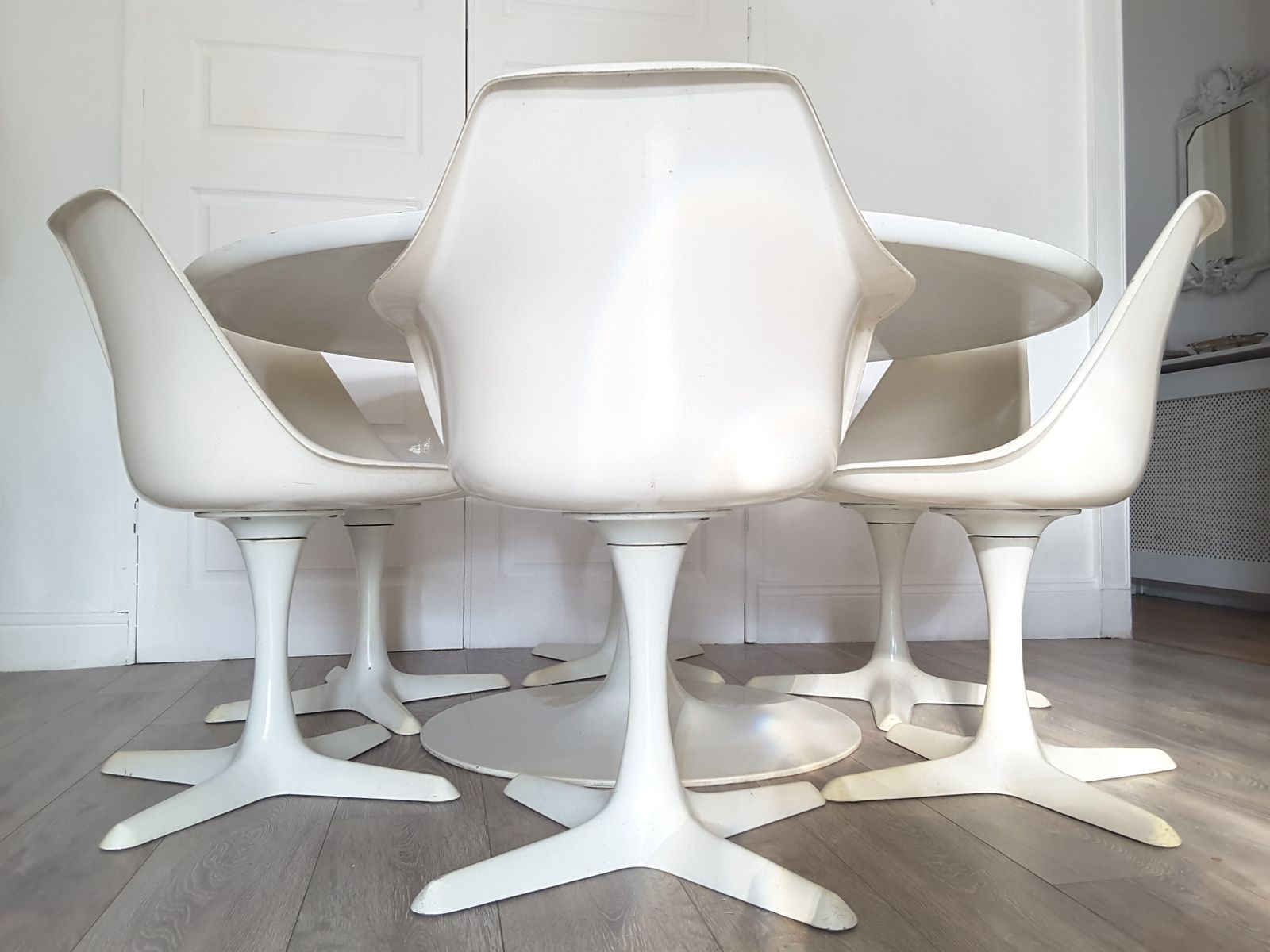 Grande table de salle manger ronde tulip et six chaises par maurice burke pour arkana 1970s for Grande table salle a manger 2