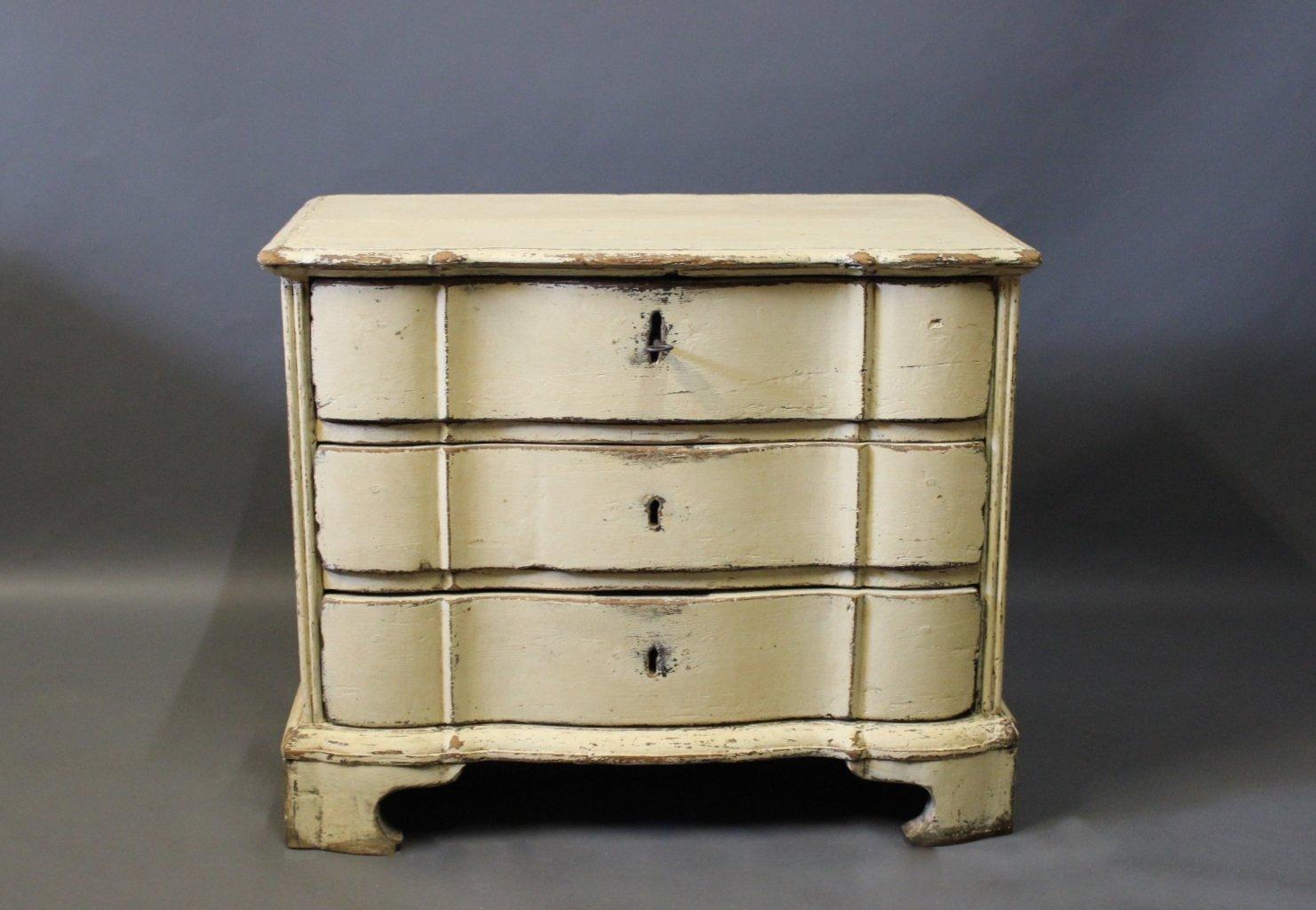 Petite commode tiroirs baroque en bois peint danemark for Petit tiroir en bois