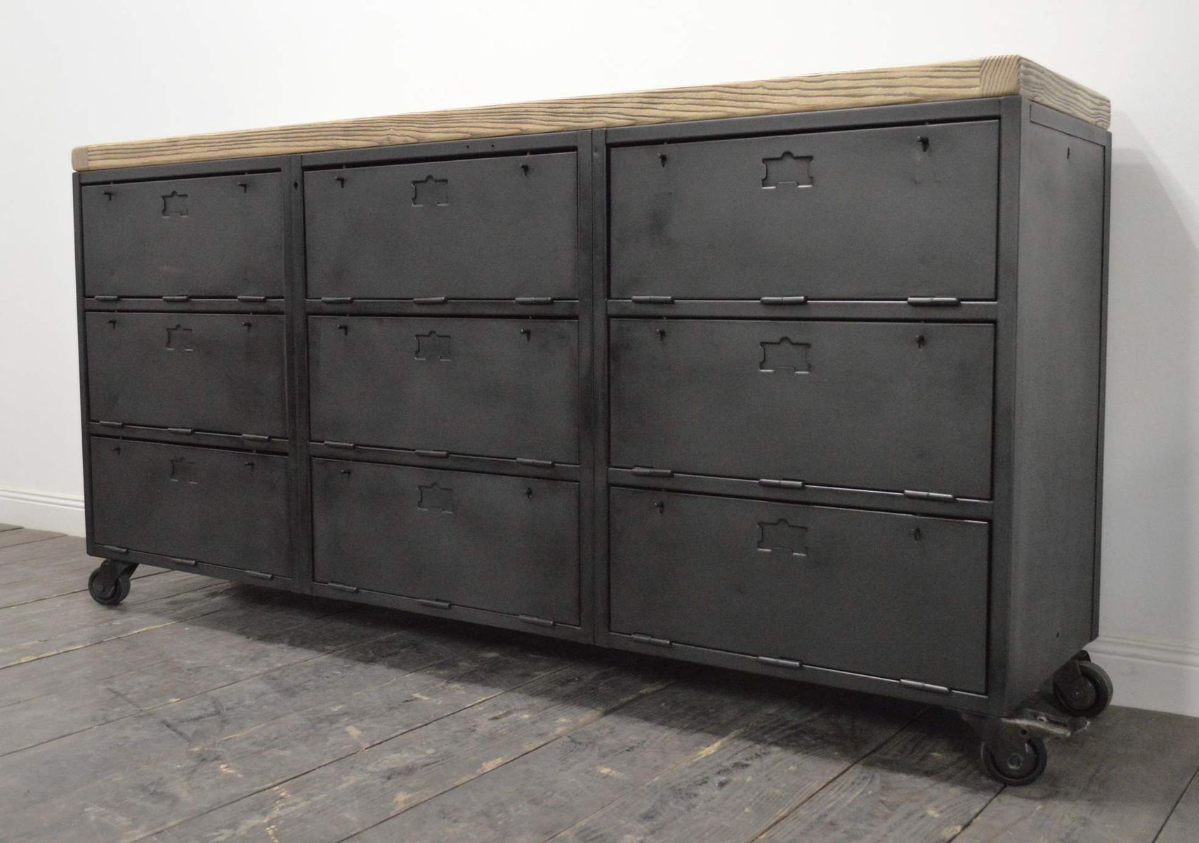 industrielles franz sisches vintage buffet mit neun f chern bei pamono kaufen. Black Bedroom Furniture Sets. Home Design Ideas