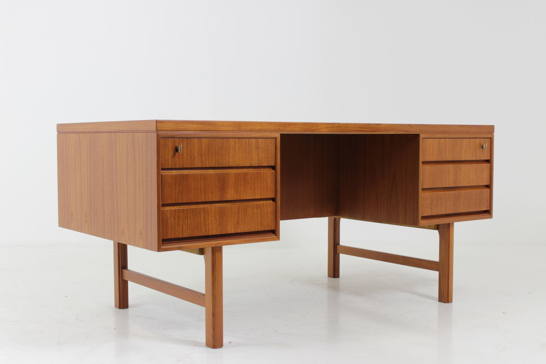 bureau en teck par gunni omann pour omann jun danemark 1960s en vente sur pamono. Black Bedroom Furniture Sets. Home Design Ideas