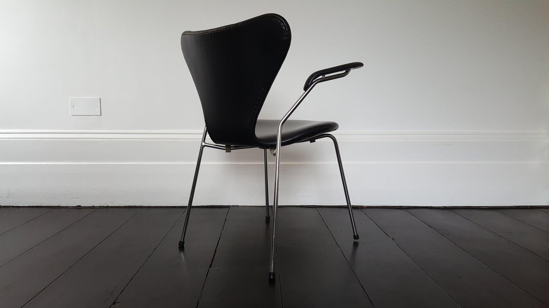 Modell 3207 series 7 armlehnstuhl aus kunstleder von arne for Armlehnstuhl kunstleder