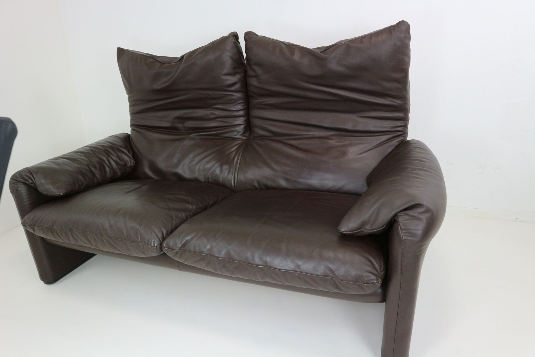 vintage leder zwei sitzer maralunga sofa von vico magistretti f r cassina bei pamono kaufen. Black Bedroom Furniture Sets. Home Design Ideas