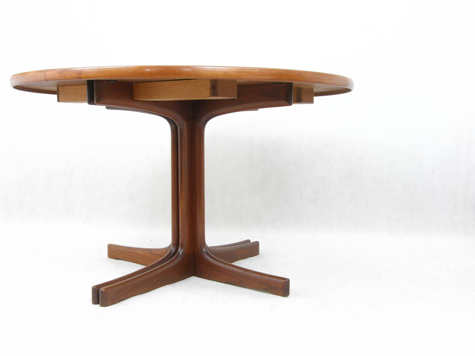 Danish Extendable Round Table in Teak 1960s for sale at Pamono