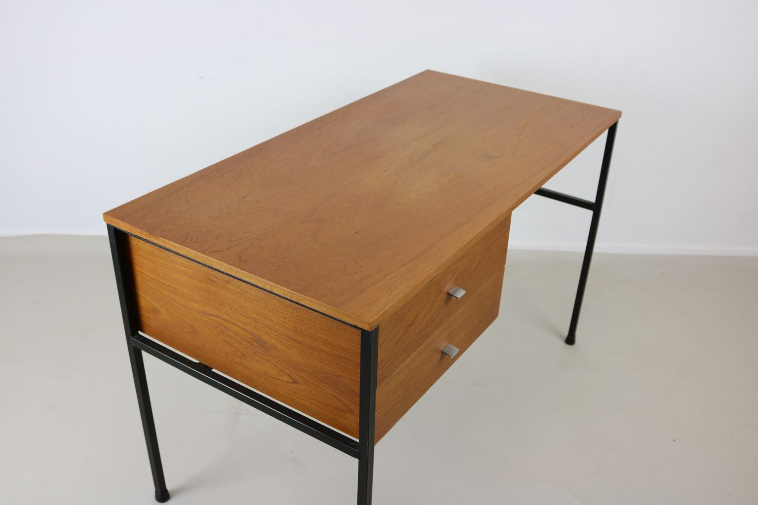 bureau deux tiroirs par desk par pierre guariche pour meurop belgium 1965 en vente sur pamono. Black Bedroom Furniture Sets. Home Design Ideas