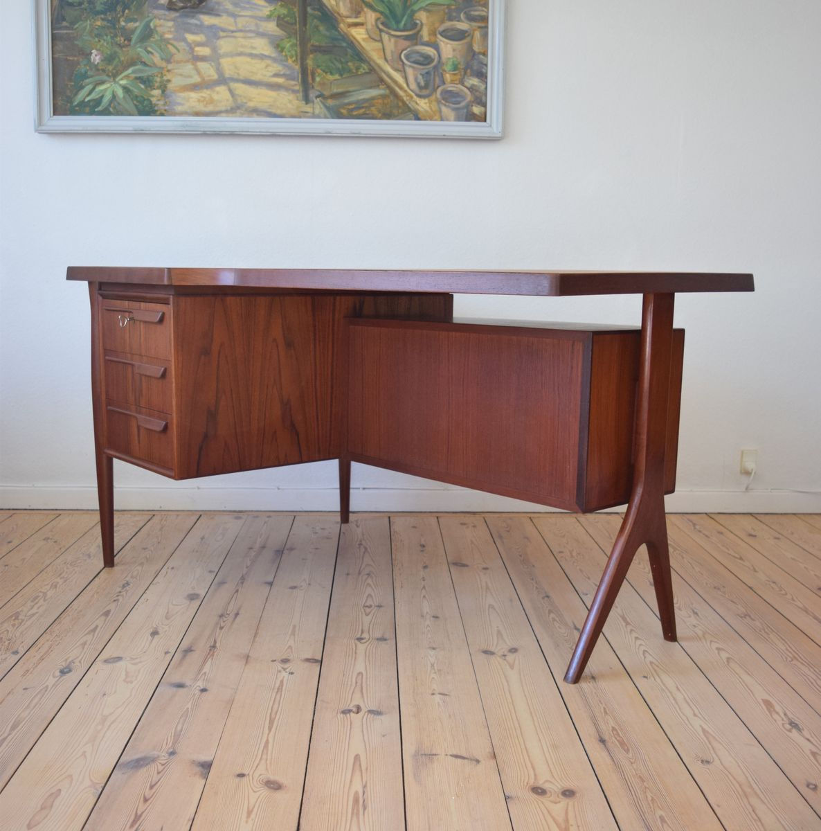 bureau asym trique en teck avec armoire de bar danemark 1950s en vente sur pamono. Black Bedroom Furniture Sets. Home Design Ideas