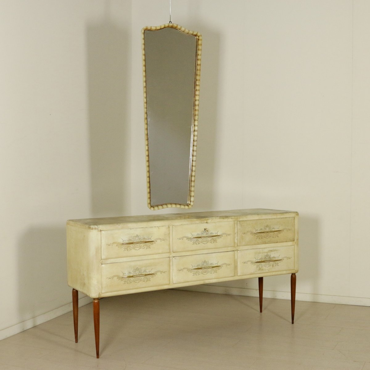 commode vintage en parchemin de bois et laiton avec miroir. Black Bedroom Furniture Sets. Home Design Ideas