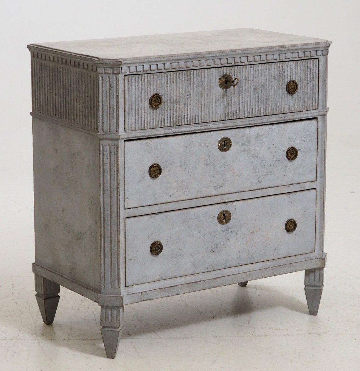 geschnitzter antiker schubladenschrank mit schloss. Black Bedroom Furniture Sets. Home Design Ideas