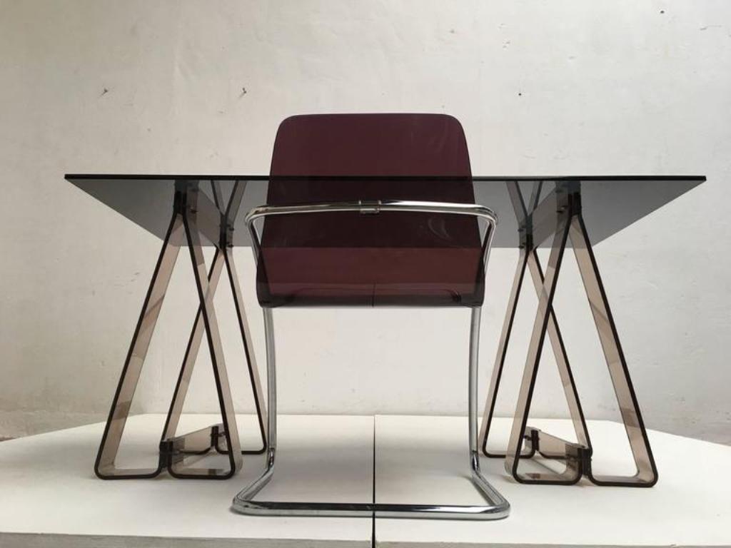 schreibtisch aus rauch acryl und glas mit stuhl aus lucite und tubularem chrom 1970er bei. Black Bedroom Furniture Sets. Home Design Ideas