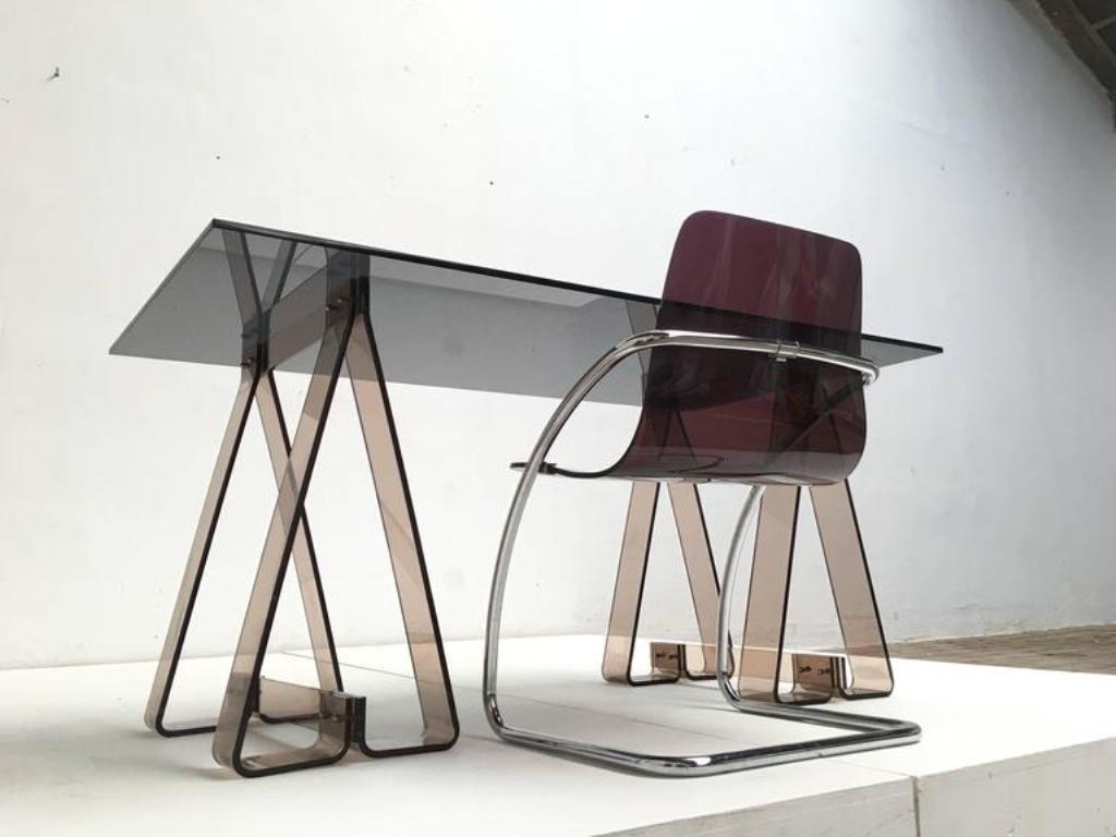 Bureau tr teaux en acrylique fum et verre avec chaise for Chaise en acrylique