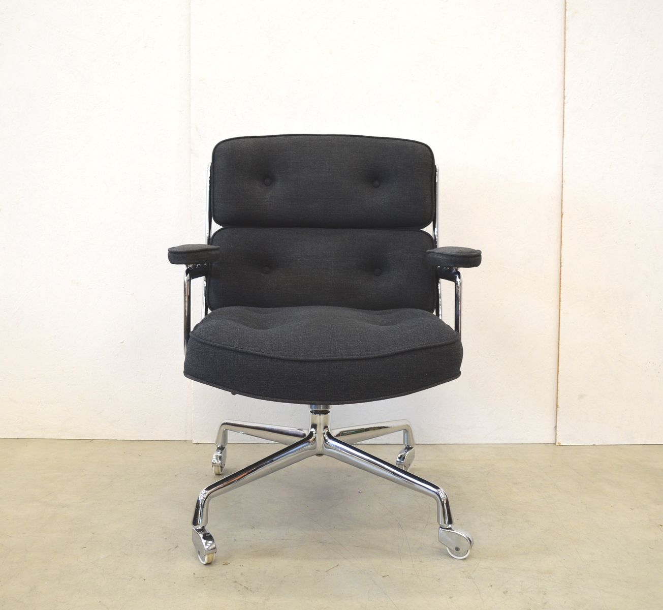 Fauteuil lobby model es104 par charles ray eames pour for Fauteuil charles ray eames