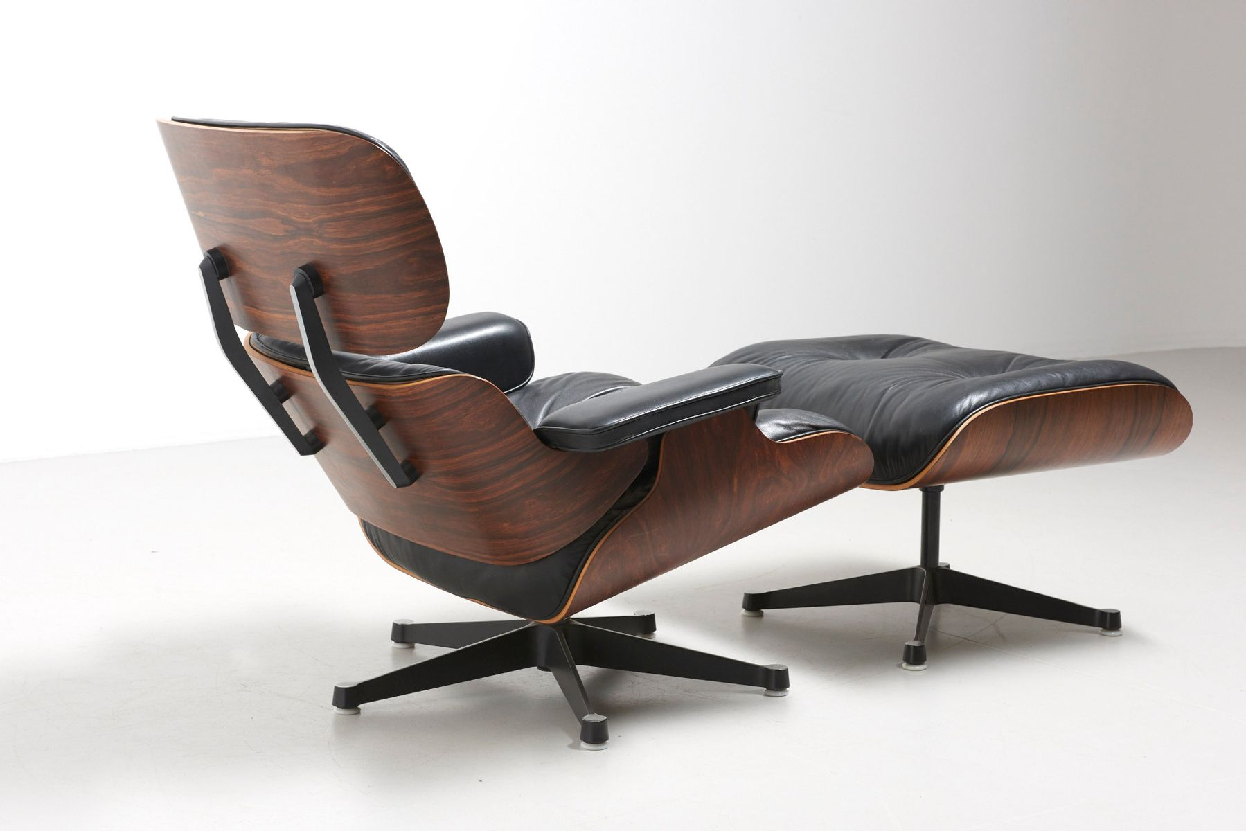 Fauteuils lounge vintage et ottomanes par charles ray for Vitra fauteuil charles eames