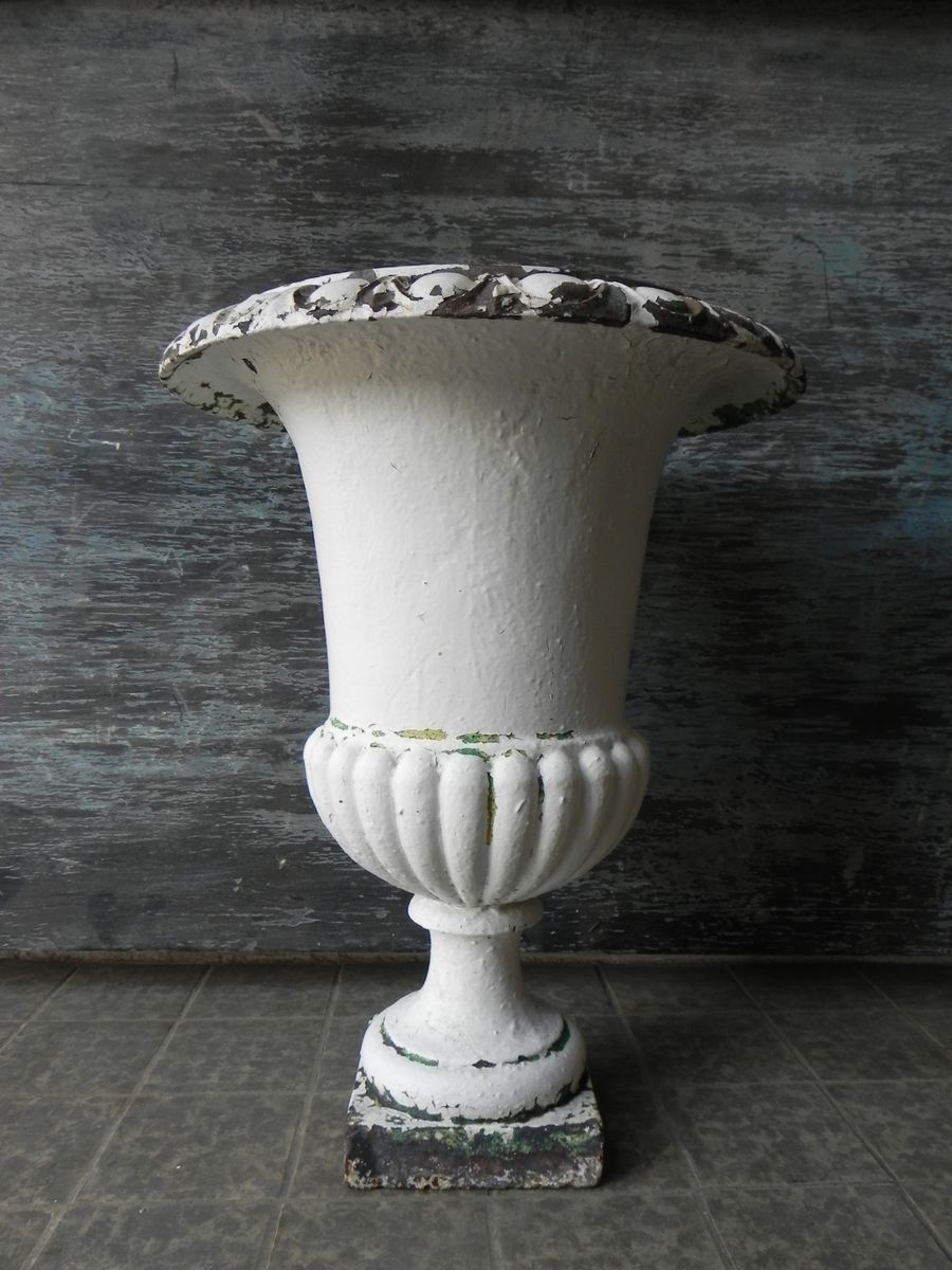 antique medicis cast iron vase for sale at pamono. Black Bedroom Furniture Sets. Home Design Ideas