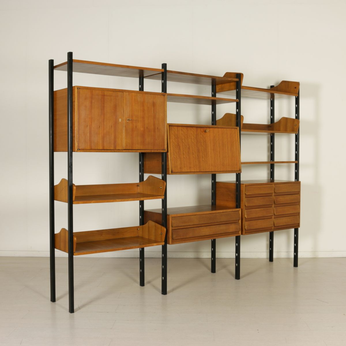 vintage b cherregal mit verstellbaren elementen aus metall. Black Bedroom Furniture Sets. Home Design Ideas