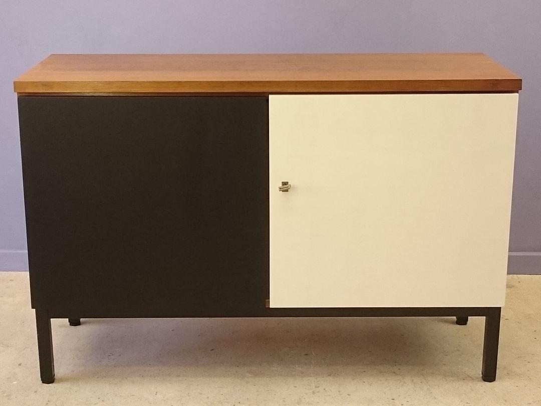 petit buffet en teck avec deux portes noires et blanches scandinavie 1960s en vente sur pamono. Black Bedroom Furniture Sets. Home Design Ideas