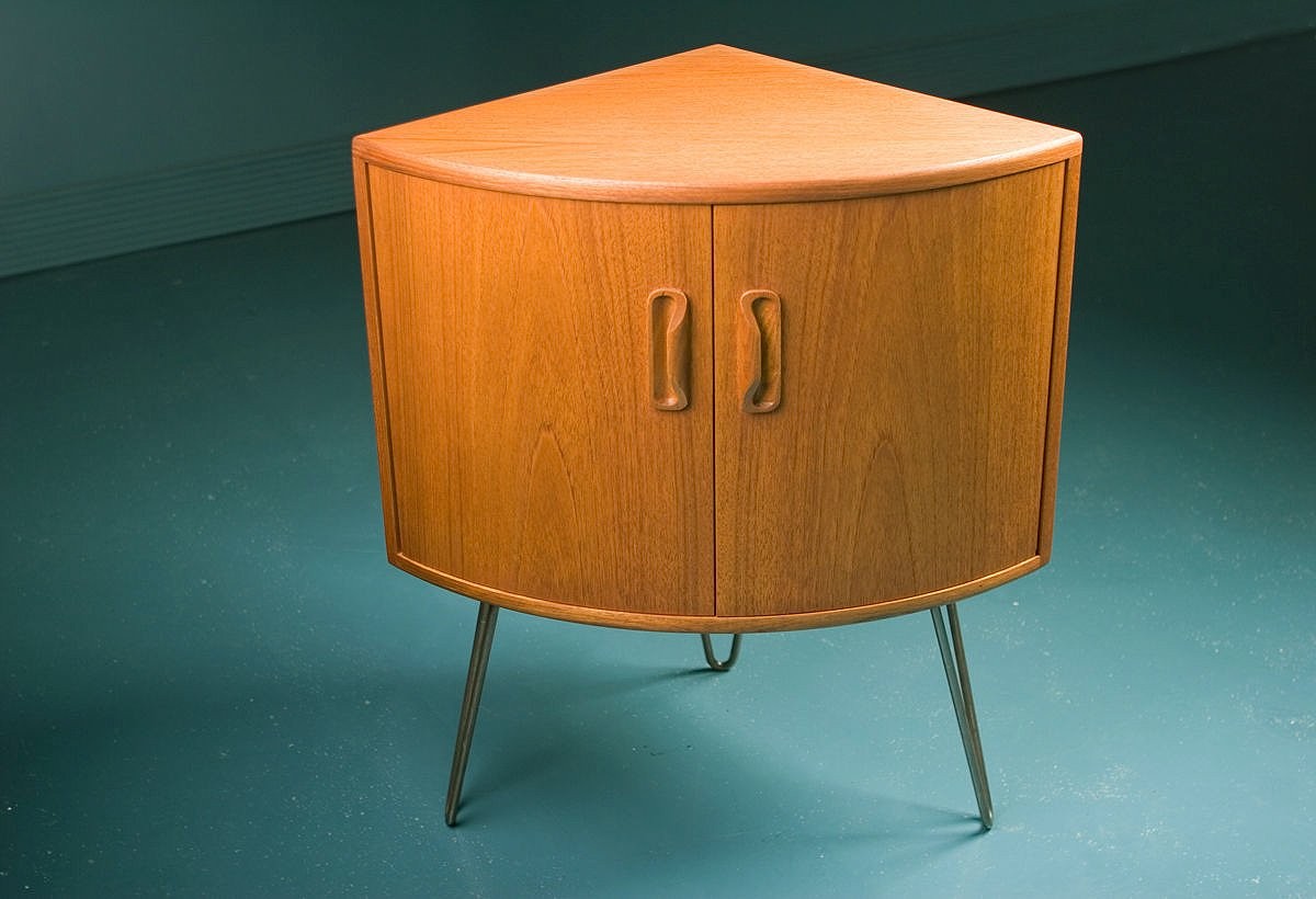 Small Mid-Century Teak Corner Cabinet from G-Plan for sale at Pamono