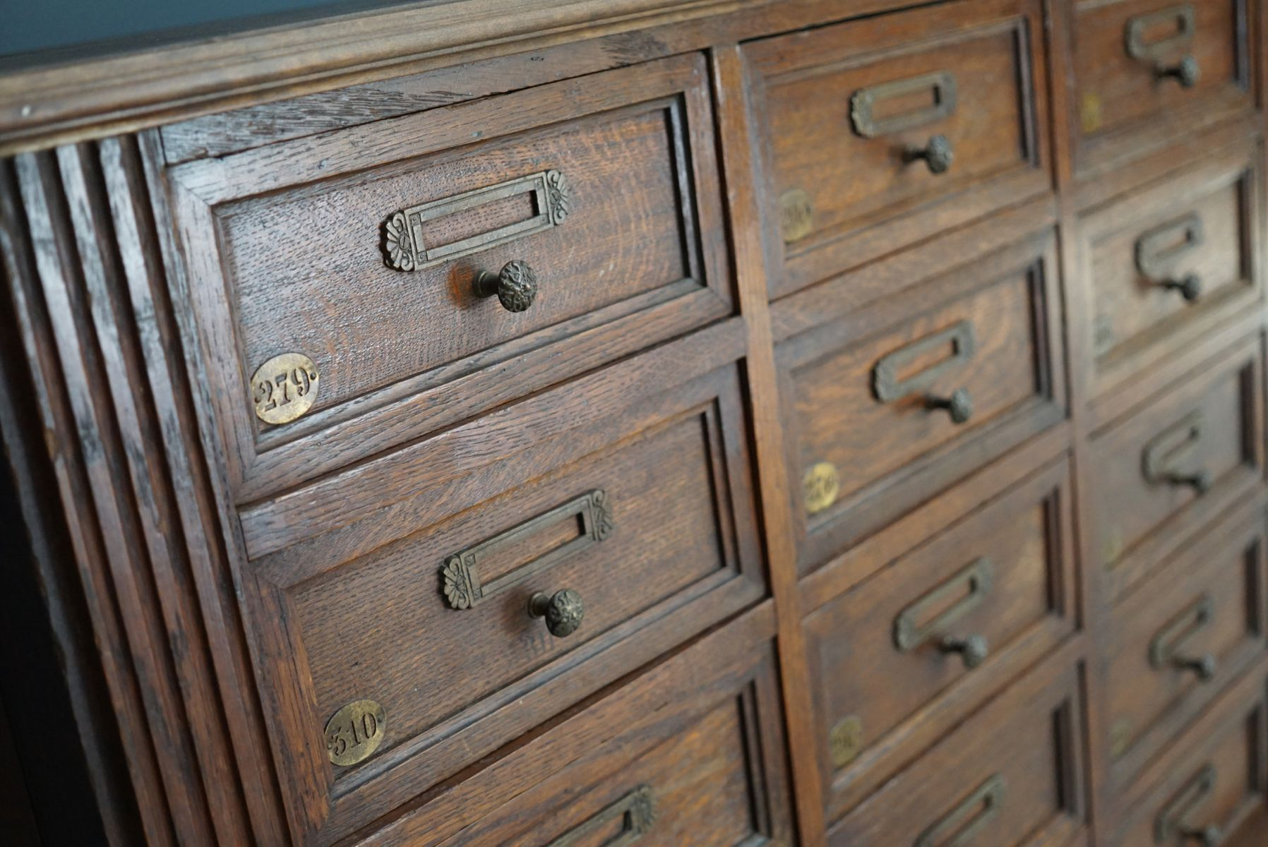 meuble apothicaire en ch ne avec pi ces m talliques en laiton france 1900s en vente sur pamono. Black Bedroom Furniture Sets. Home Design Ideas