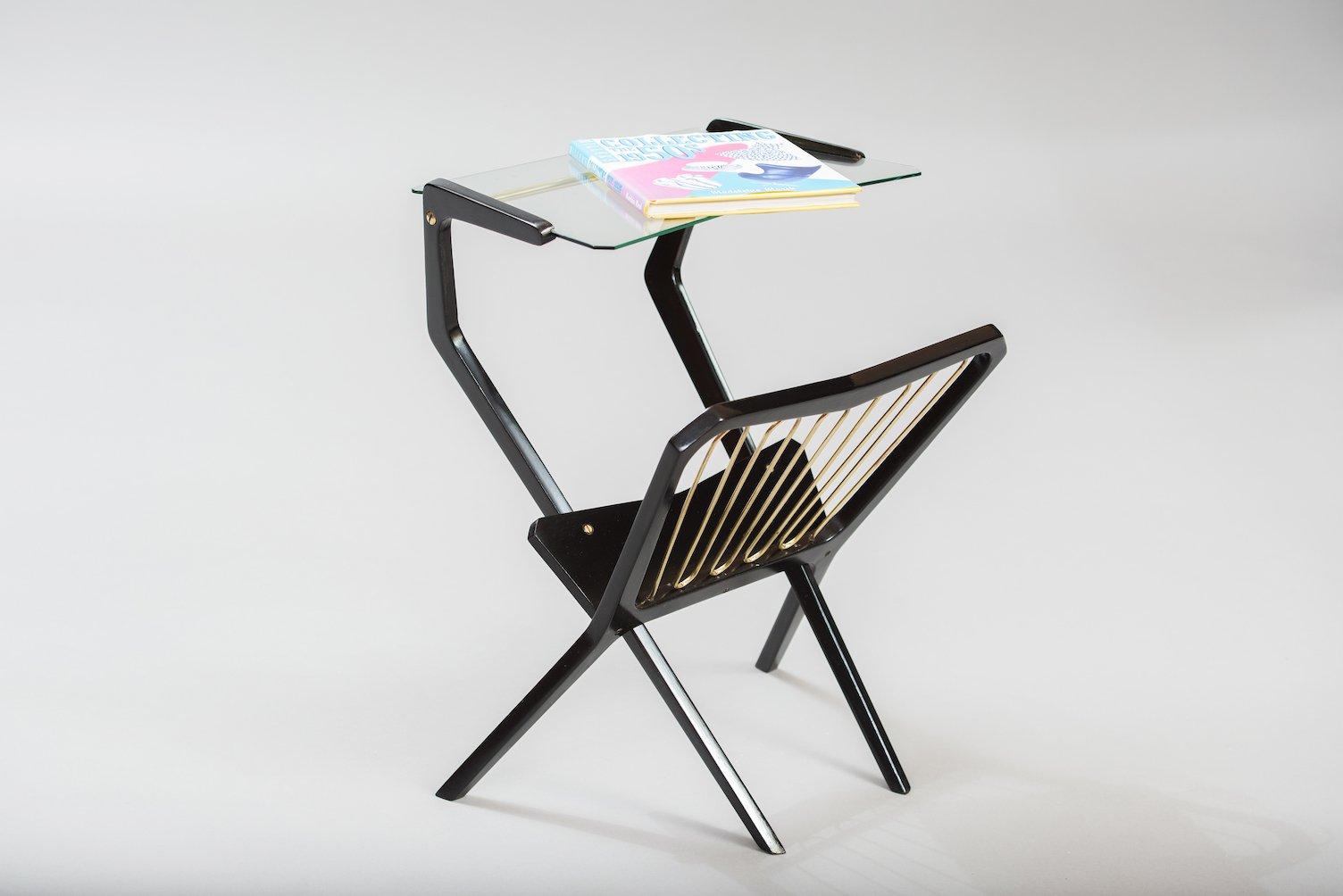 italienischer vintage beistelltisch mit zeitungsst nder bei pamono kaufen. Black Bedroom Furniture Sets. Home Design Ideas