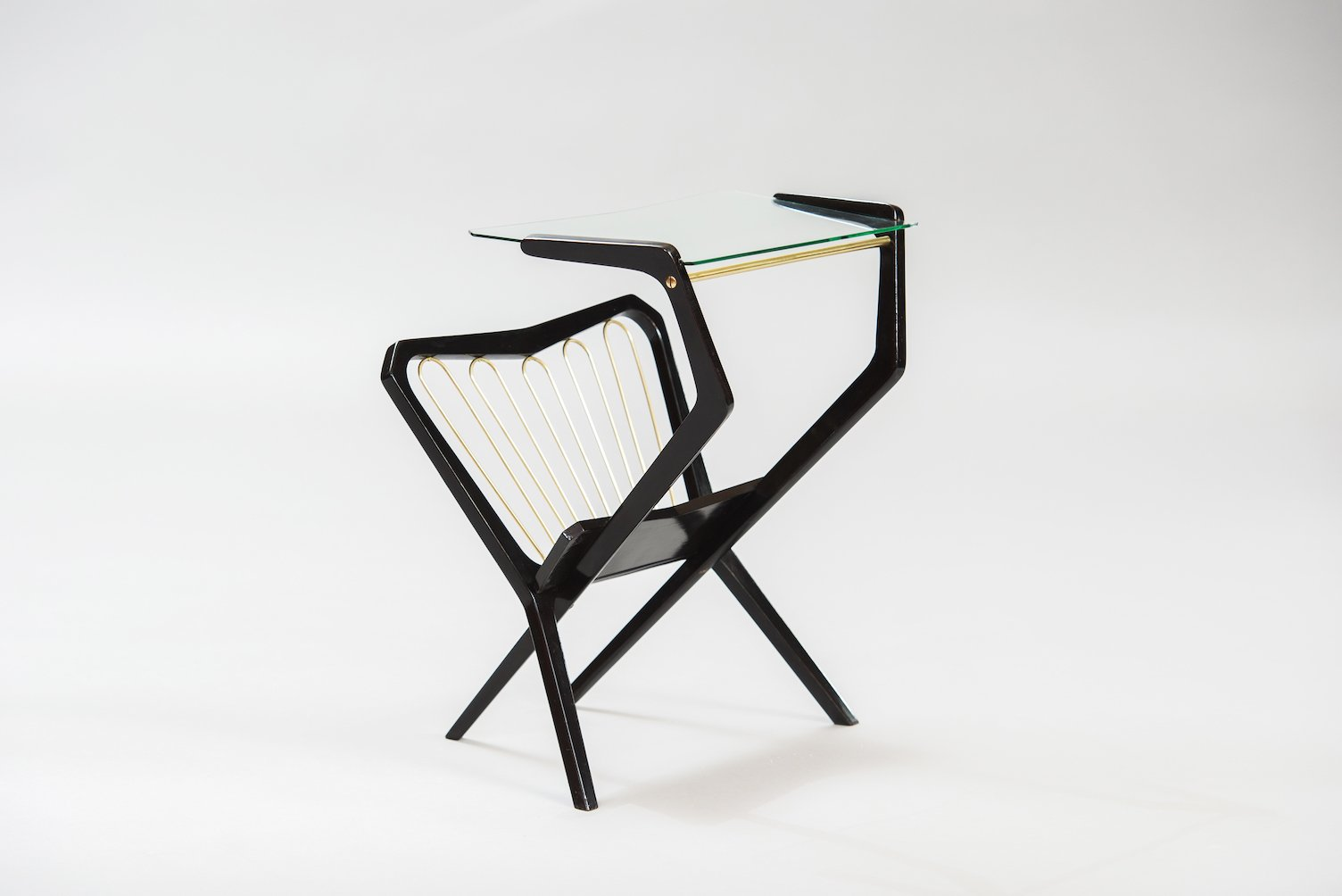 italienischer vintage beistelltisch mit zeitungsst nder. Black Bedroom Furniture Sets. Home Design Ideas