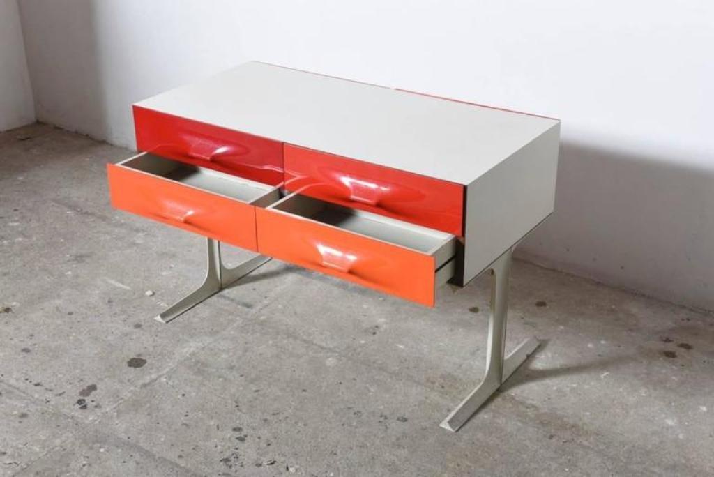 niedrige kommode in rot orange von raymond loewy f r doubinsky fr res 1960er bei pamono kaufen. Black Bedroom Furniture Sets. Home Design Ideas